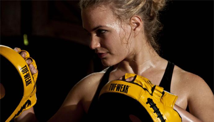 Martial Arts Systematics Pratzentraining vor schwarzem Hintergrund